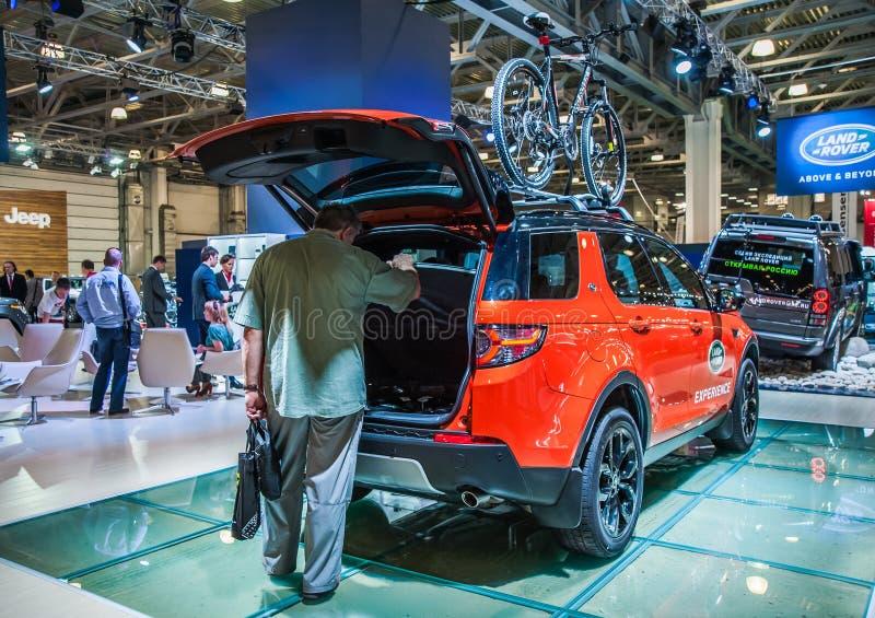 Landen Sie Rover Discovery Sport mit offenem Stamm und Fahrräder auf dem Dach lizenzfreies stockbild