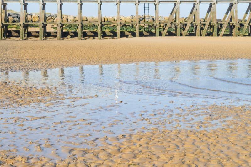 Landend strand (Verrichting Overlord) bij dageraad, Courseulles sur mer, Normandië, Frankrijk stock afbeeldingen