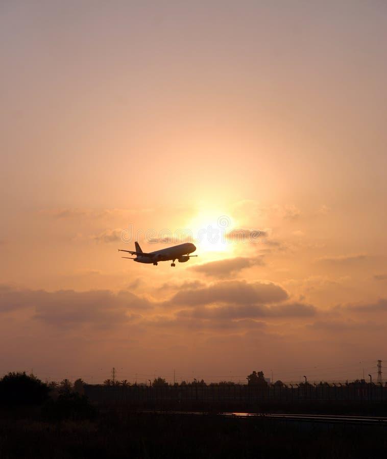 Landend vliegtuig op een zonsondergang royalty-vrije stock fotografie