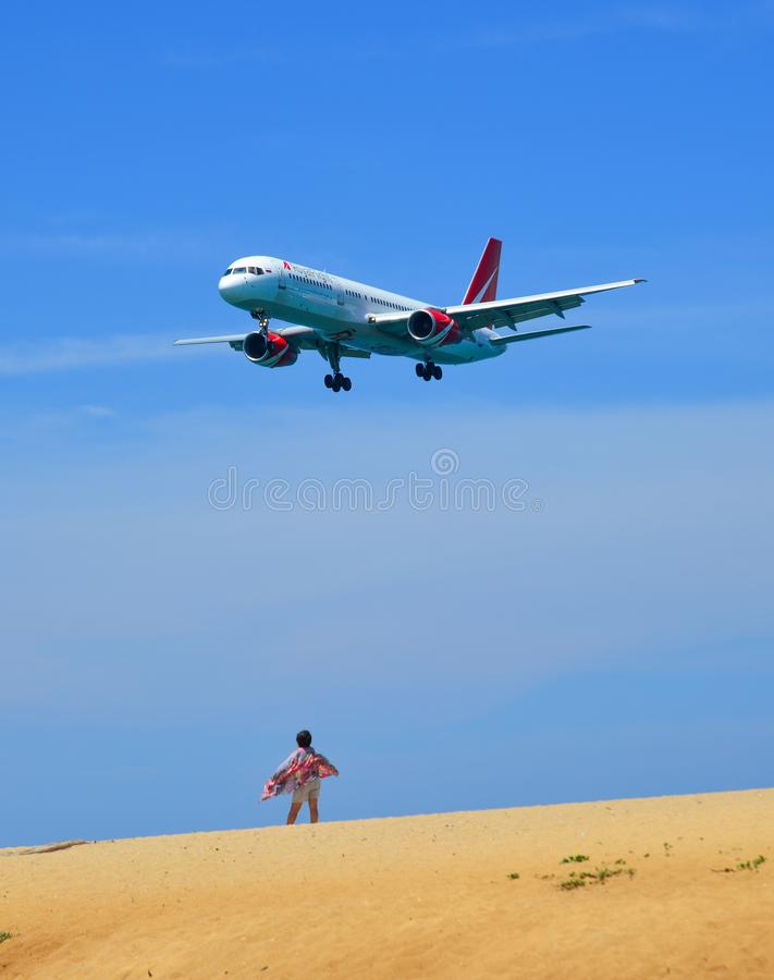 Landende vliegtuigen boven het strand stock foto