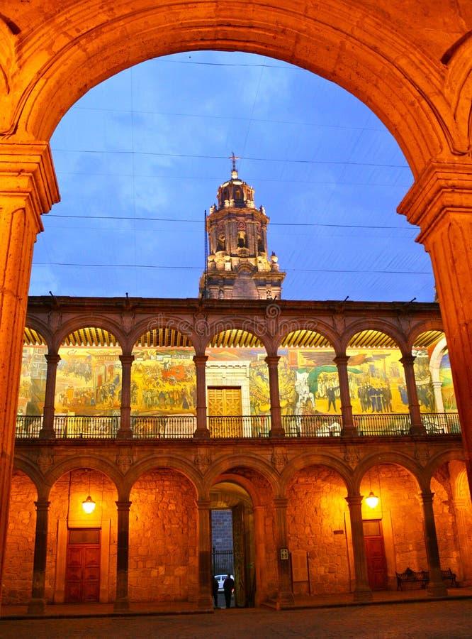 Landesregierungbüros Torbogen, Morelia, Mexiko stockbilder