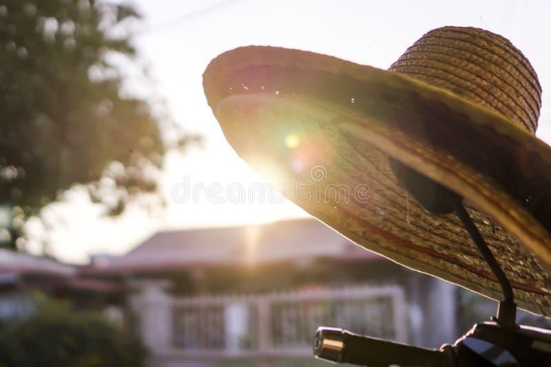 Landet utformar bondens hatt i hemstaden royaltyfria foton