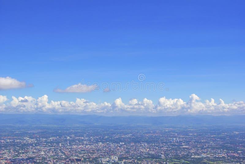Landfläck av chaing av mai-staden från Doi Suthep av Chiang Mai, Thailand med bakgrund för blå himmel royaltyfri foto