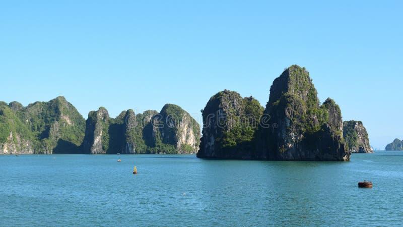 Landforms в море, наследие Karst мира естественное - залив halong во Вьетнаме на заходе солнца Ландшафт естественных и перемещени стоковое фото