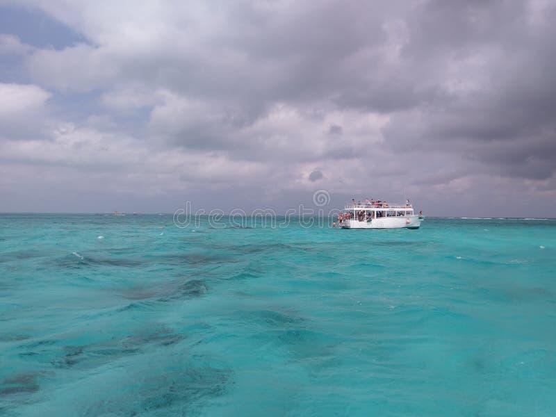 landforms моря, прибрежных и океанских, океан, небо, вода, водный путь, горизонт стоковое фото rf