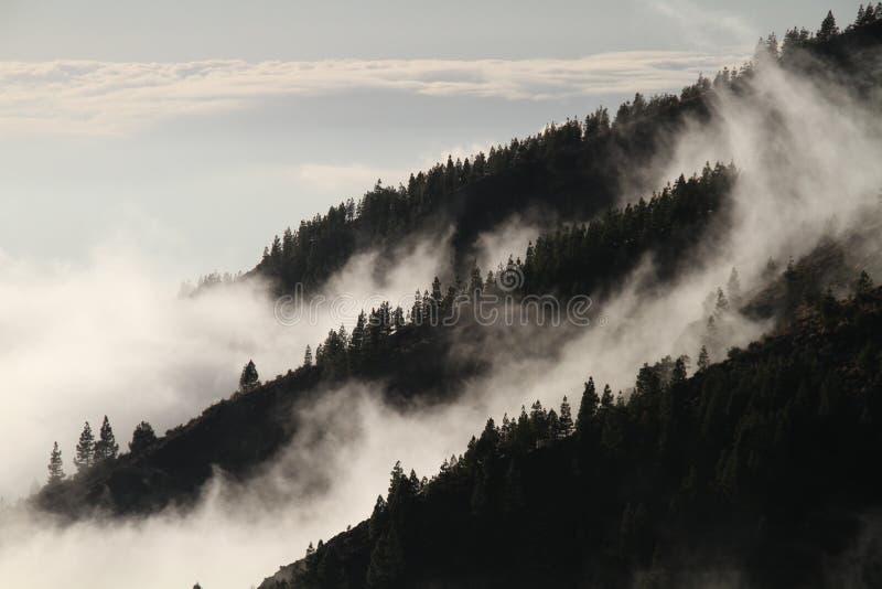 Небо, облако, туман, гористые Landforms стоковые изображения rf