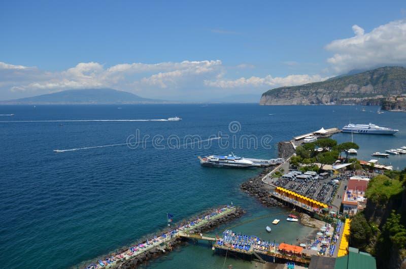 Landforms costieri ed oceanici di Marina Piccola, del mare, della costa, del cielo, fotografia stock