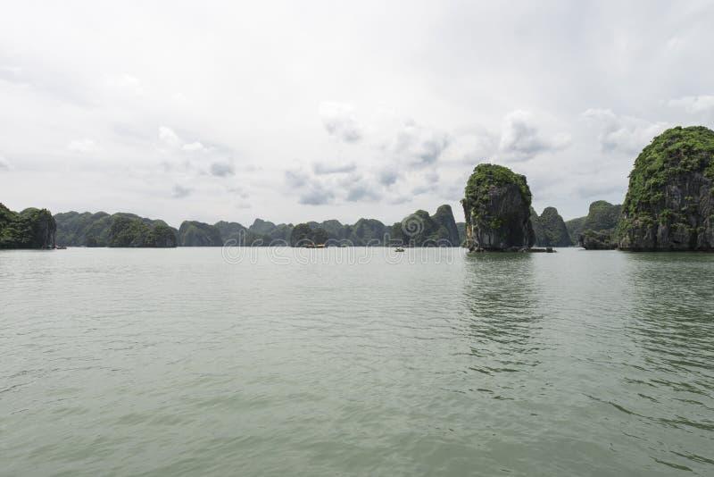 Landforms di morfologia carsica della baia di Halong nel mare, sito del patrimonio mondiale dell'Unesco nel Vietnam fotografia stock
