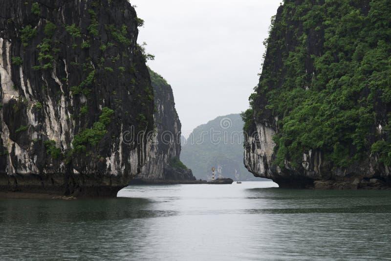 Landforms för Halong fjärdKarst i havet, UNESCOvärldsarvlopp i Vietnam royaltyfria foton