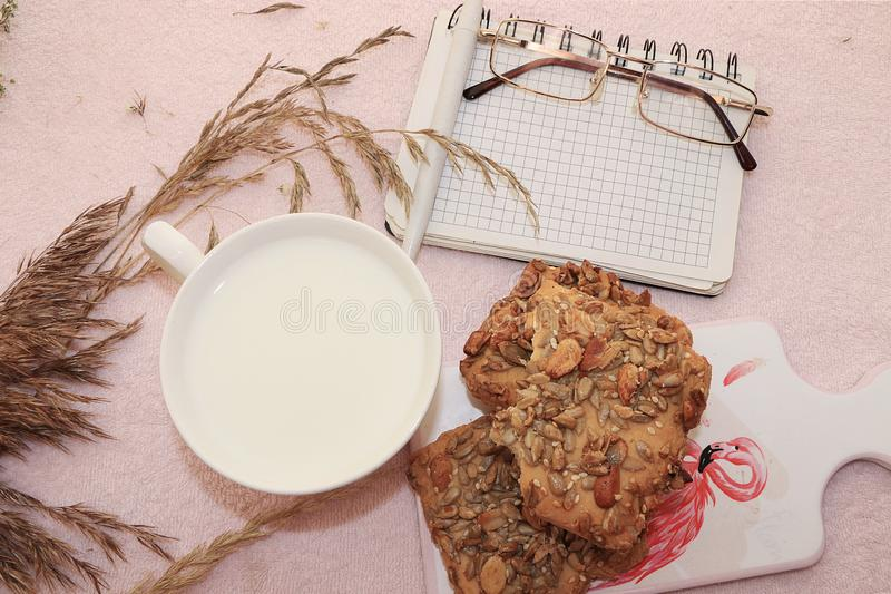 Landfrühstück, Milch und Getreideplätzchen-, gesunde und gesundenahrung lizenzfreies stockfoto