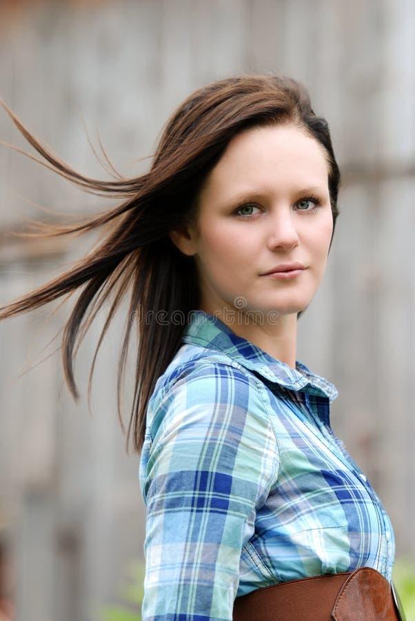 Landfrau mit ihrem Haar, das im Wind durchbrennt stockfotografie