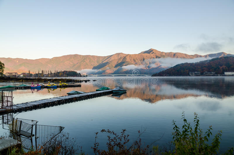 Landgång på sjön Kawaguchi arkivfoton