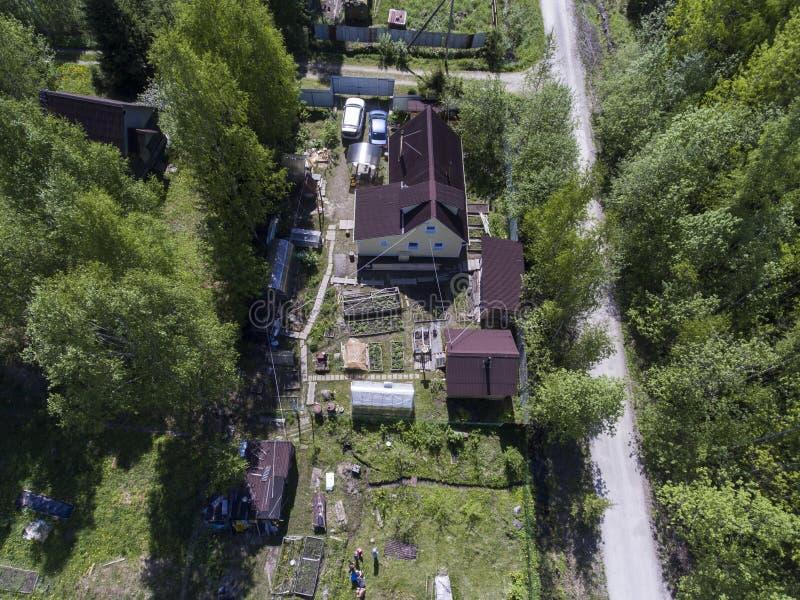 Landhäuschenbereich im Wald, Vogelperspektive am russischen Dorf an der Sommersaison stockfotos