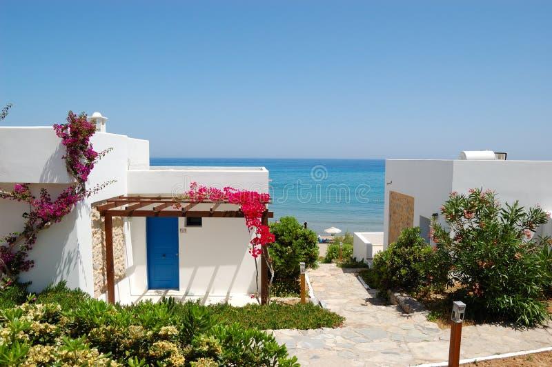 Landhäuser nähern sich Strand am Luxushotel stockfotos