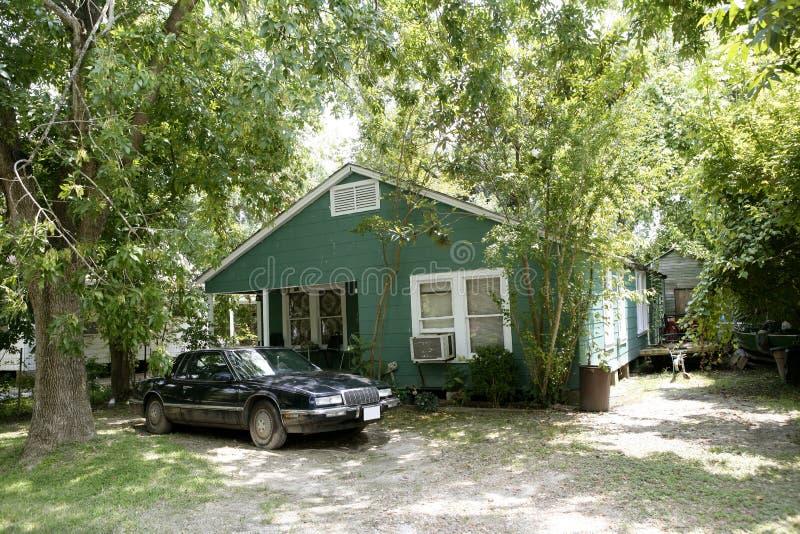 Landhäuser in Texas mit Bäumen lizenzfreie stockfotos