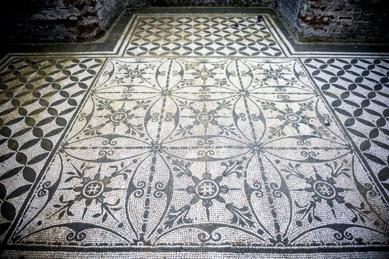 Landhaus Adriana Weiße und schwarze Mosaiken mit geometrischem motifsdecorate die Böden der verschiedenen Umwelt Schöne alte Fens lizenzfreies stockfoto