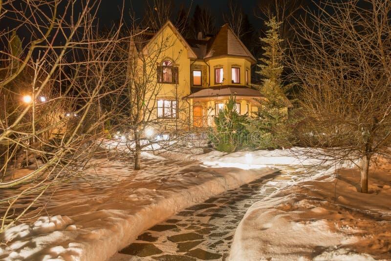 Landhaus (Datscha) in der Nacht stockbild