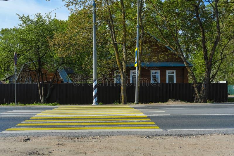 Landhaus in der Nähe der Fußgängerzone stockfotografie