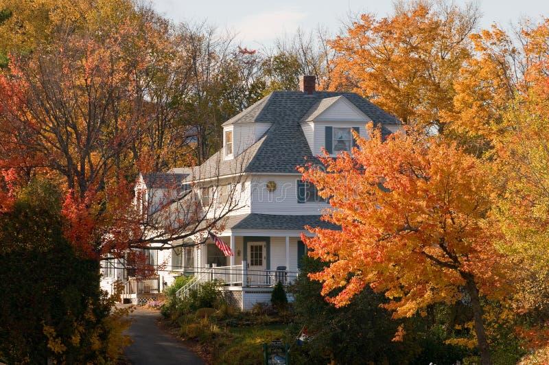Landhaus im Herbst lizenzfreie stockbilder