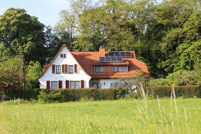 Landhaus im Wald stockfotos