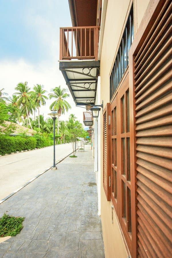 Landhaus mit Balkon in den Tropen stockfotografie