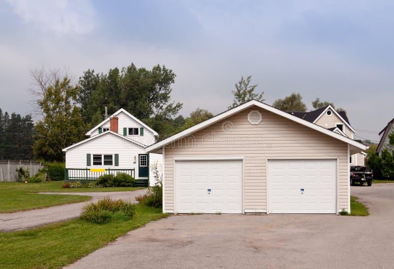 Landhaus mit einer großen Garage stockbilder
