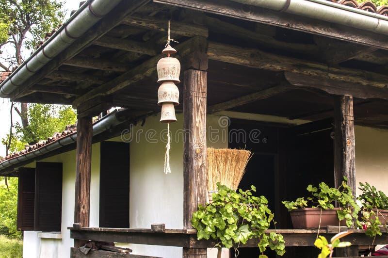 Landhaus mit Gartenlehm-Windglocken lizenzfreies stockfoto