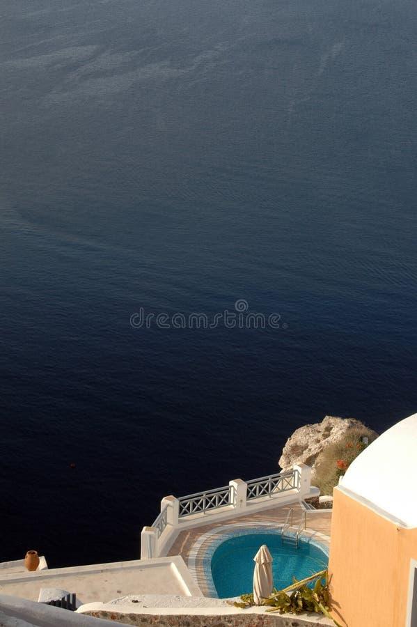 Landhaus mit Pool über Meer stockbild