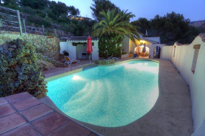 Landhaus mit Pool lizenzfreie stockfotografie