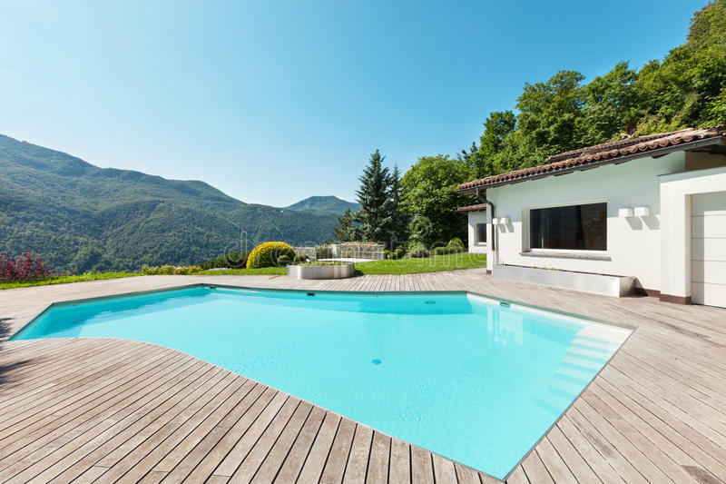 Landhaus mit Swimmingpool lizenzfreies stockfoto