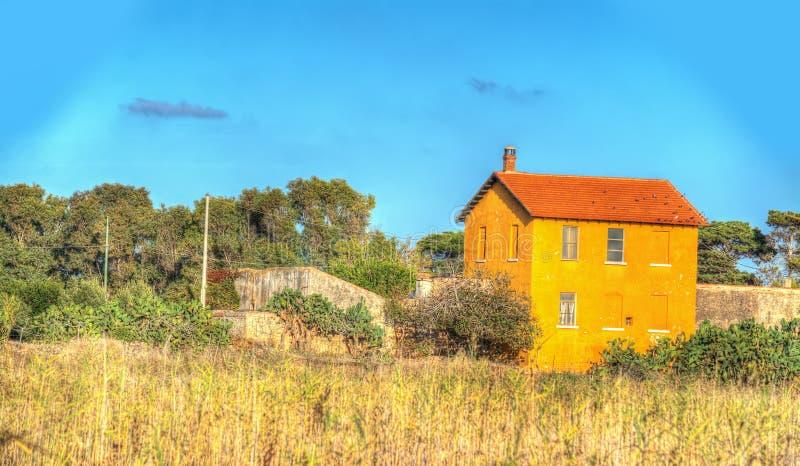 Landhaus unter einem blauen Himmel stockfotografie