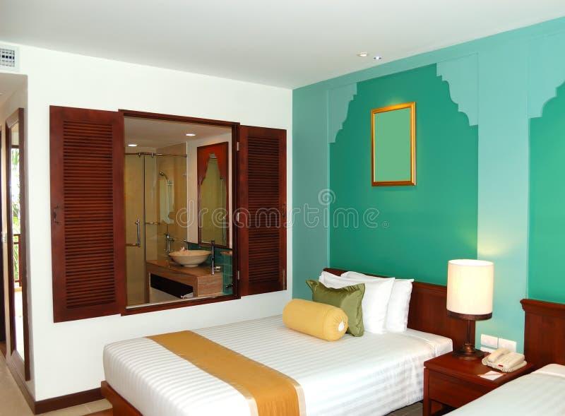 Landhausinnenraum mit Badezimmerfenster stockbilder