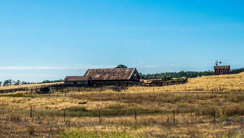 Landleben in Kalifornien Alte Ranch unter den Feldern stockbilder