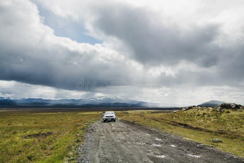 LANDMANNALAUGAR, ISLÂNDIA - EM AGOSTO DE 2018: Condução de carro no terreno áspero para o parque nacional de Landmannalaugar imagens de stock