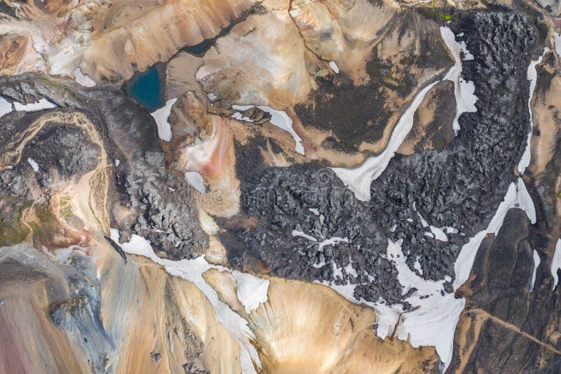 Landmannalaugar nationalpark - Island Regnb?geberg Flyg- sikt av härliga färgrika vulkaniska berg Top besk?dar royaltyfri foto