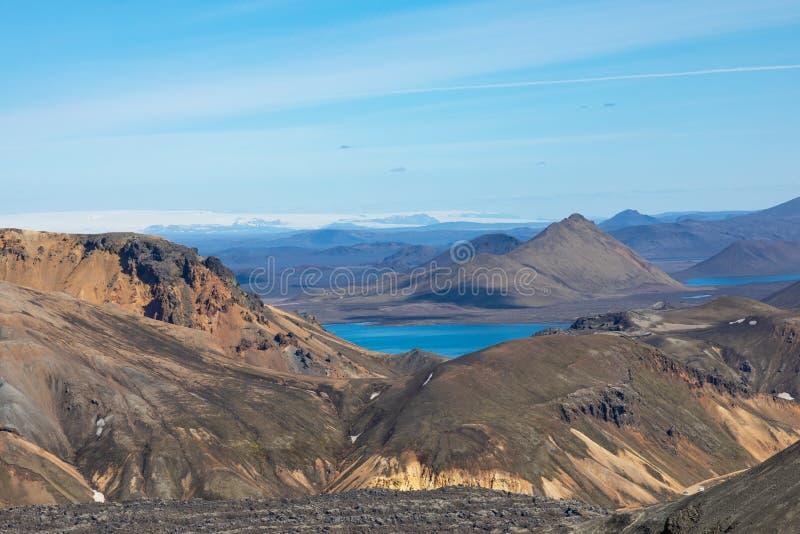 Landmannalaugar nationalpark - Island Regnb?geberg Flyg- sikt av härliga färgrika vulkaniska berg unga vuxen m?nniska arkivbilder