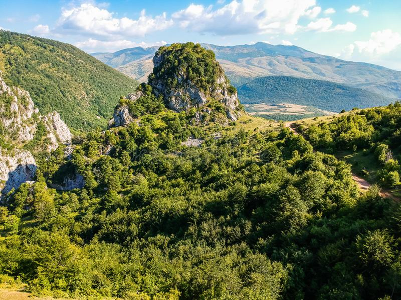 Landmark in National Park Lure - огромный каменный холм Кафа и Каласе - в Албании стоковые фото
