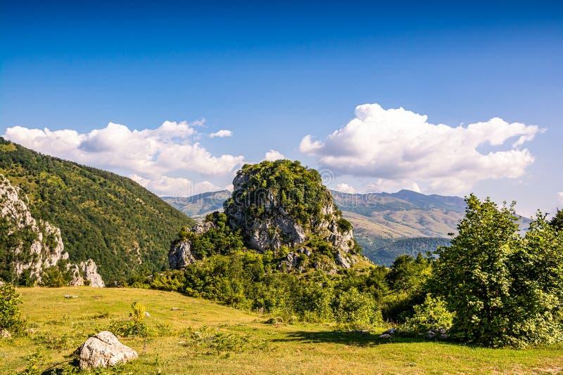 Landmark in National Park Lure - огромный каменный холм Кафа и Каласе - в Албании стоковая фотография
