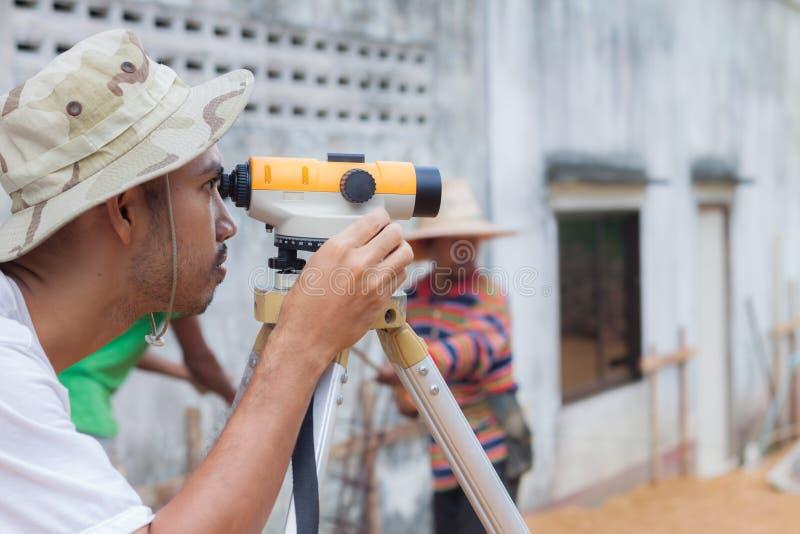 Landmetersarbeider die met theodoliet werken royalty-vrije stock afbeeldingen