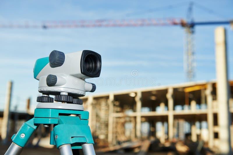 Landmetersmateriaal bij bouwwerf stock fotografie