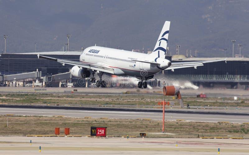 Landning för Aegean Airlines flygbuss A320 på Barcelona royaltyfria foton