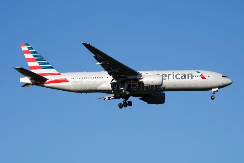 Landning för American Airlines Boeing 777-200 N767AJ passagerarenivå på den Madrid Barajas flygplatsen arkivfoto