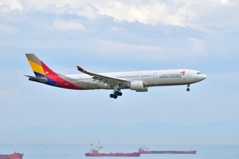 Landning för Asiana Airlines flygbuss A330 på den Istanbul Ataturk flygplatsen arkivfoton