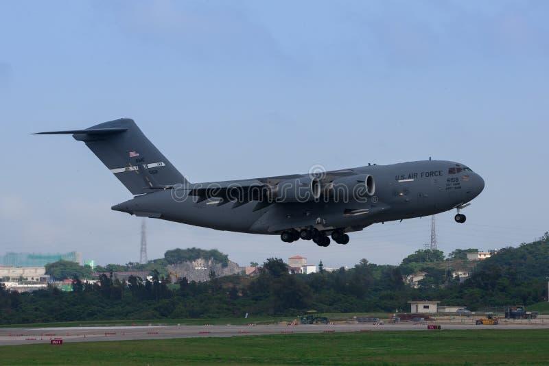Landning för C-17 för USA-flygvapen på Okinawa royaltyfri foto