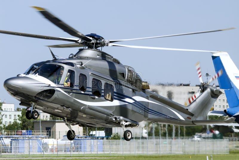 Landning för helikopter AW139 på en stads- helipad royaltyfri fotografi