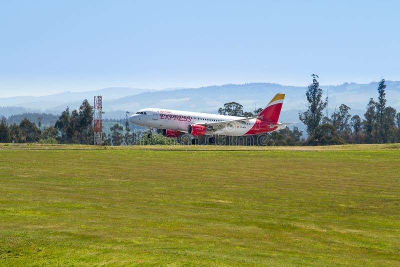 Landning för Iberia uttrycklig passagerareflygplan på den Santiago de Compostela flygplatsen arkivfoton