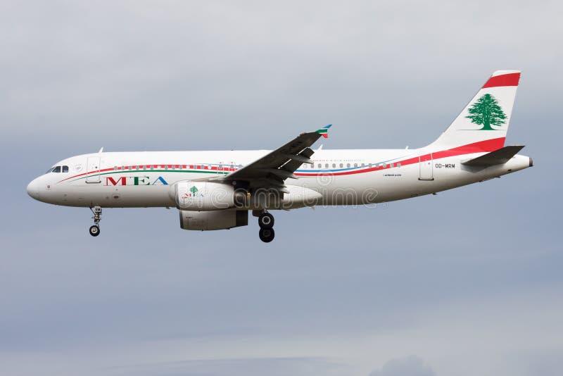 Landning för MEA Middle East Airlines Airbus A320 OD-MRM passagerarenivå på den Frankfurt flygplatsen arkivbilder