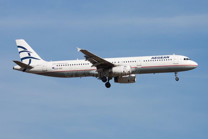Landning för nivå för passagerare för Aegean Airlines flygbuss A321 SX-DVP på den Frankfurt flygplatsen royaltyfri fotografi