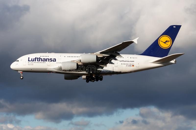 Landning för nivå för passagerare för Lufthansa flygbuss A380 D-AIMA på den Frankfurt flygplatsen royaltyfri foto