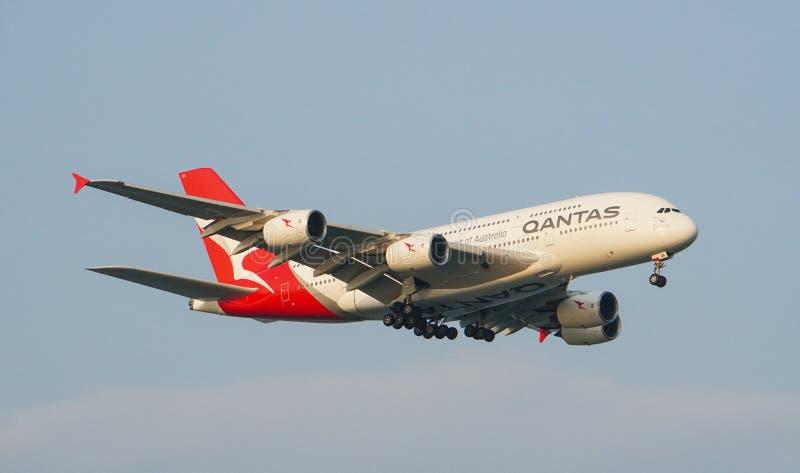 Landning för Qantas Airways flygbuss A380 fotografering för bildbyråer